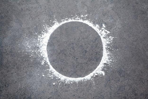 Cercle de farine de blé saupoudré sur pierre.