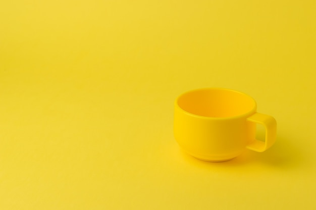 Cercle jaune vif sur fond jaune vif. le style du minimalisme.