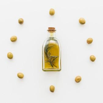 Cercle d'olives et bouteille d'huile