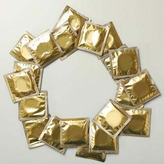 Cercle de préservatifs vierges sur fond gris clair