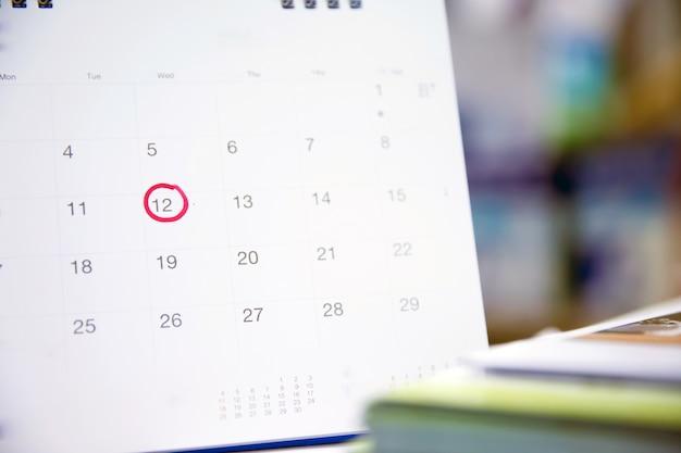 Cercle rouge sur le calendrier pour la planification des activités et la réunion.