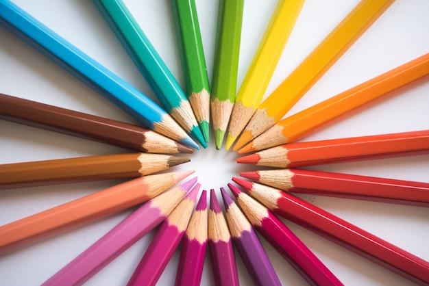 Cercle de stylos colorés