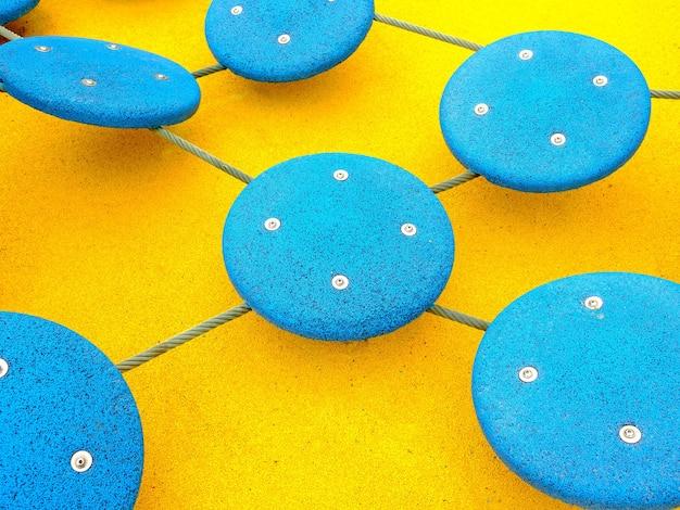 Cercles bleus avec têtes de vis sur fond jaune vif