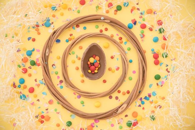 Cercles en bois entre bonbons sucrés