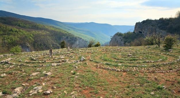 Cercles de pierres concentriques sur le plateau de printemps sur le grand canyon de crimée