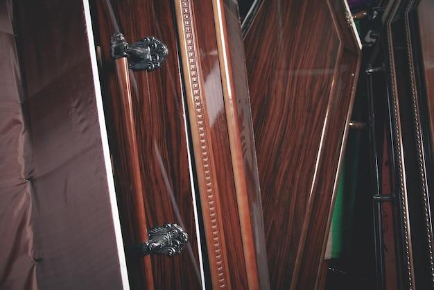 Cercueils en bois dans la pièce sombre.