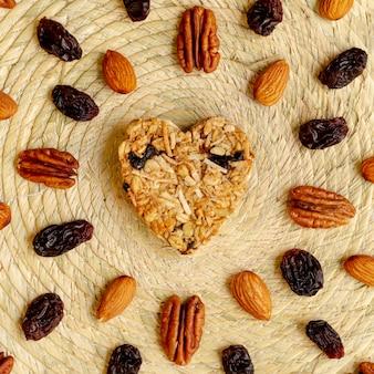 Céréale en forme de coeur avec noix et raisins
