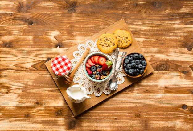 Céréale. petit-déjeuner avec du muesli et des fruits frais dans des bols