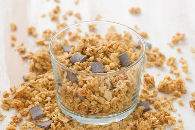 Céréales au chocolat en verre sur une surface blanche