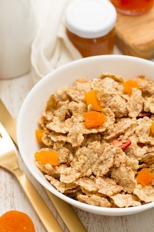 Céréales aux fruits secs dans un bol et confiture