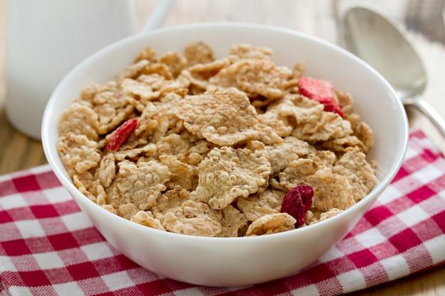 Céréales aux fruits secs dans un bol