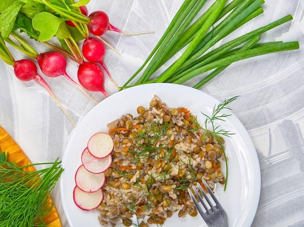 Céréales aux lentilles et légumes sur une lumière