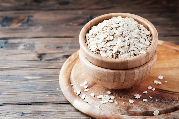 Céréales d'avoine crues sur la table en bois
