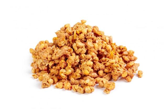 Céréales d'avoine granola isolés sur fond blanc