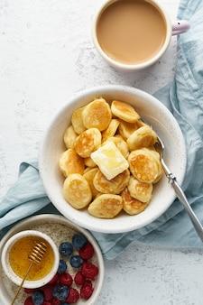 Céréales de crêpes, minuscule crumpet drôle mince, nourriture pour enfants. petit déjeuner avec boisson