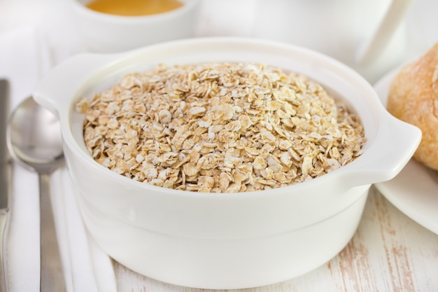 Céréales dans un bol blanc