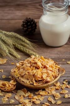 Céréales dans un bol et du lait sur fond de bois foncé