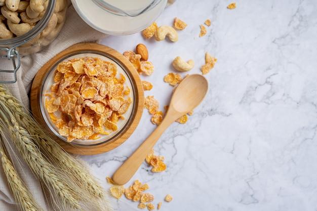 Céréales dans un bol et du lait sur fond de marbre
