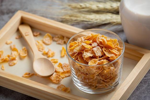 Céréales dans un bol et du lait