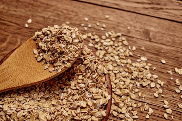 Céréales dans un sac de produits de cuisine fond bois