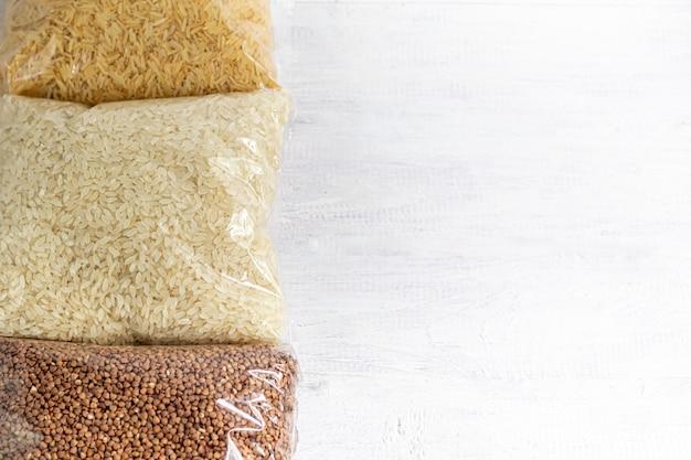 Céréales et épices. sarrasin, riz, graines de sésame, graines de lin et de chia.