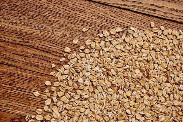 Céréales sur le fond de bois de produits de cuisine de table