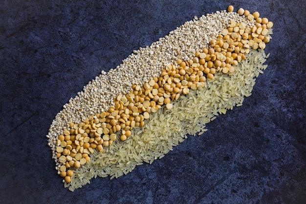 Céréales de glucides crus sur bleu