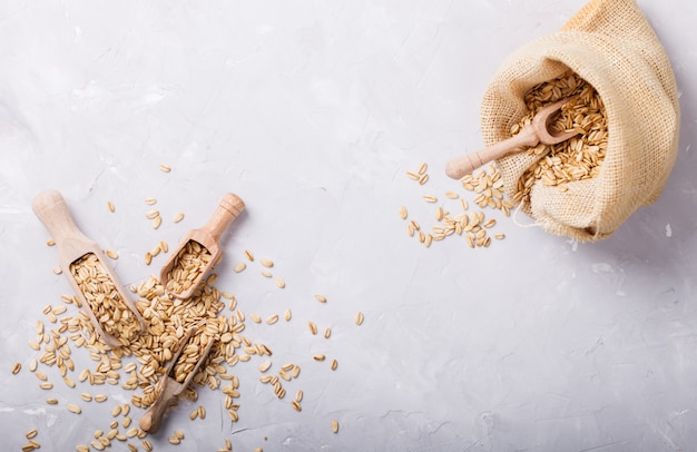 Céréales à grains entiers dans le sac.