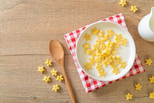Céréales à grains entiers avec du lait frais pour le petit déjeuner