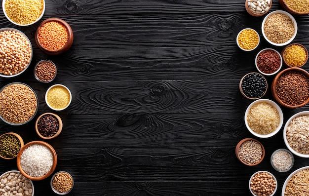 Céréales, grains, graines et gruaux sur bols