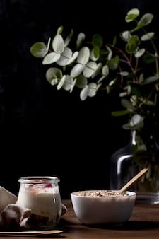 Céréales granola à angle élevé avec yougurt