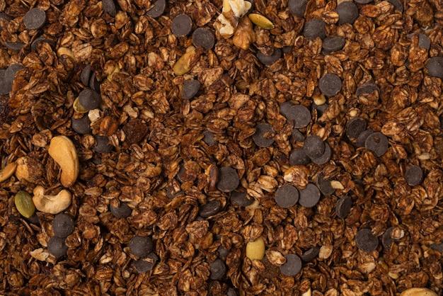Céréales granola au chocolat avec fond de noix. vue de dessus.