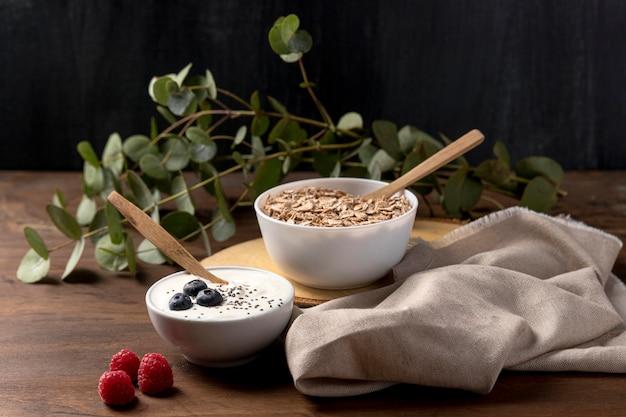 Céréales granola oragniques et yogourt