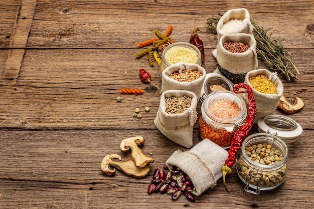 Céréales, pâtes, légumineuses, champignons séchés et épices