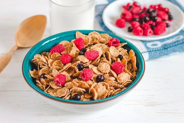 Céréales de petit déjeuner au lait sur un fond blanc