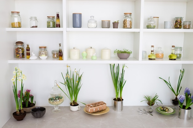 Céréales en pots sur une étagère, intérieur de cuisine.