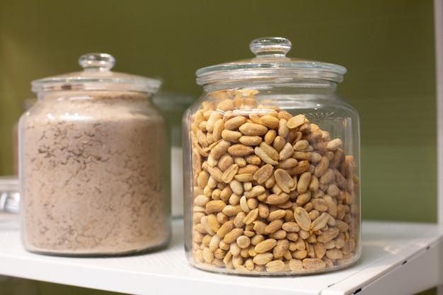Céréales en pots de verre sur les étagères des maisons. groupe de céréales saines sur les étagères de la cuisine.