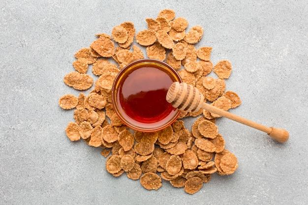 Céréales vue de dessus avec du miel