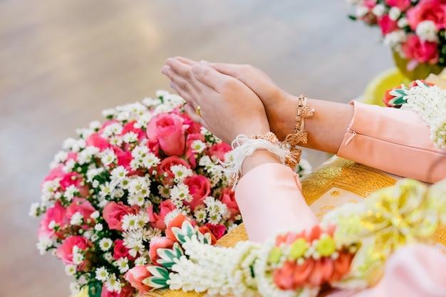 Cérémonie d'arrosage pour un mariage thaïlandais de prospérité.