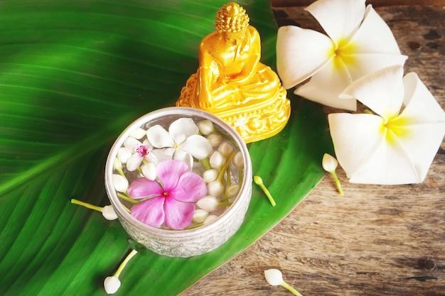Cérémonie de bénédiction de l'eau pour la statue de bouddha le jour de songkran
