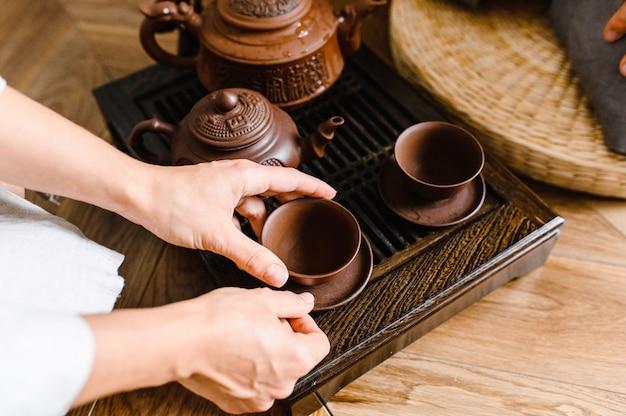 Cérémonie du thé en chine. tasse à thé et théière.