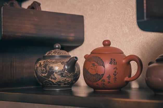 La cérémonie du thé est effectuée par le maître