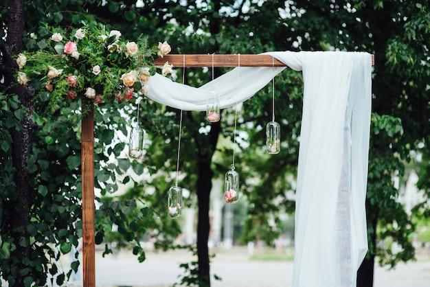 Cérémonie de mariage dans les bois parmi les arbres sur la piste verte
