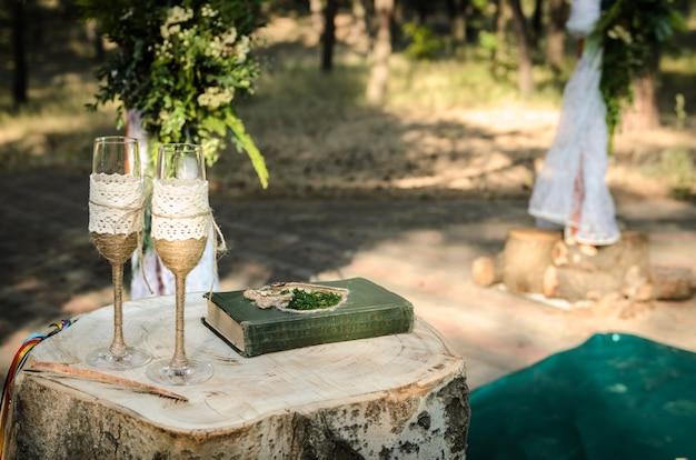 Cérémonie De Mariage Dans Les Bois Parmi Les Arbres Sur La Piste Verte Photo Premium