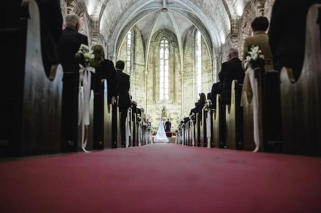 Cérémonie de mariage dans une église, couloir derrière