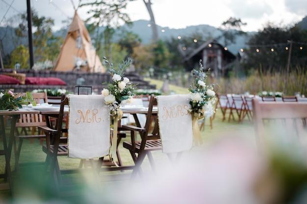 Cérémonie de mariage avec des fleurs à l'extérieur dans le jardin
