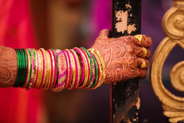 Cérémonie de mariage indien: bracelet en main de mariée avec un design mehandi