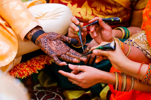 Cérémonie de mariage indien: main de marié avec design mehandi
