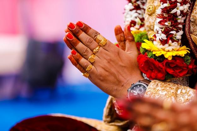 Cérémonie de mariage indien traditionnel, main du marié