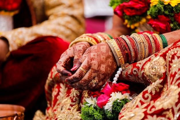 Cérémonie de mariage indien traditionnel, main de la mariée